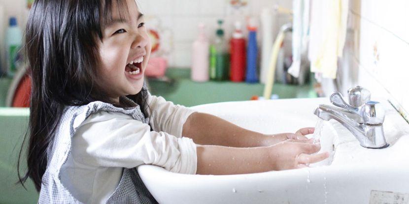 Rửa tay cho trẻ là cách chăm sóc trẻ vào mùa đông hiệu quả