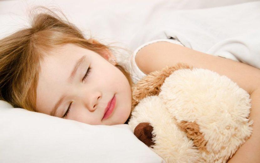 Trẻ ngủ đủ giấc là cách tốt chăm sóc trẻ vào mùa động khoẻ mạnh