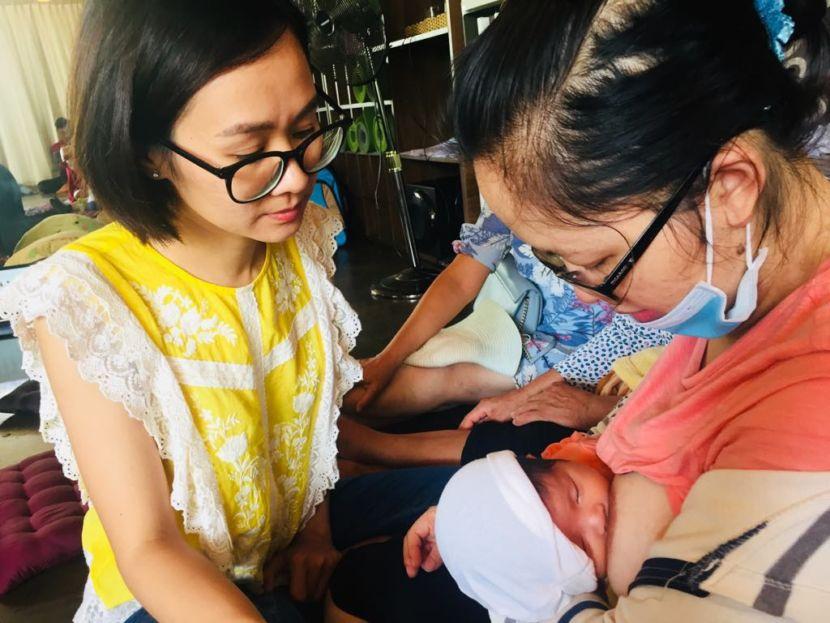 Chuyên viên tư vấn sữa mẹ của Milena tư vấn cho mẹ sữa
